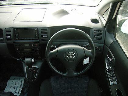 в Toyota Spacio сразу запоминается, где какие кнопки и переключатели